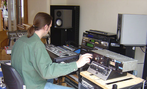 Mike compares the sound of the VS1176LN to that of an original black-face Urei 1176 provided by FX Rentals.