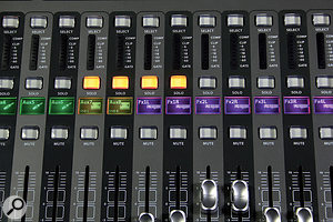 Each channel and group strip has ahigh-resolution colour display, which can show icons and custom channel and group names. The colour of the backlighting can also be changed for each channel and group.