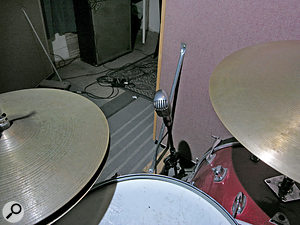 Gabe Roth's favoured single–mic placement for recording drums, with a  Shure 55 between kick and snare; above, from the drummer's point of view.