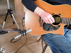 The vintage AKG D19 dynamic mic has minimal proximity effect, so can be used close up to asource, in this case Piers' guitar.