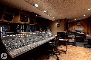 The control room in Studio A. Walter Sear apparently regarded the vintage Neve desk as aregrettable necessity!