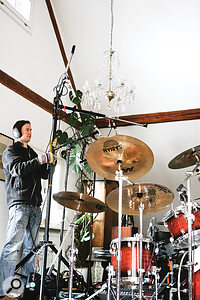 For the song 'Sascha', Irepurposed the big lighting stand to hold the cardioid room mics, positioning them only alittle higher than the omnidirectional overheads so that they subtly filled out the overall drum sound without adding too much additional reverb tail. The chandelier positioning was also crucial, naturally...
