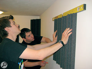 Four hands are better than two when it comes to measuring and marking the walls. The spirit level is essential.