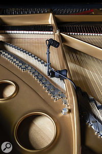 A strong magnet is used in the piano-miking variant.