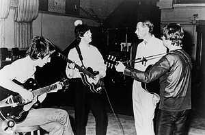 George Martin in Abbey Road with George Harrison, Paul McCartney and John Lennon.