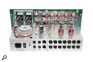 The construction resembles the layout of atypical guitar amp head. The transformerless circuitry employs five dual-triode valves of various types.