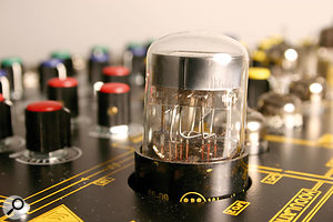 The large 6AL7 tube in the S1000's Modulation Matrix.