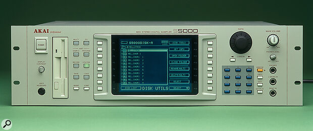 Unlike the S6000, the S5000's screen is non-detachable.