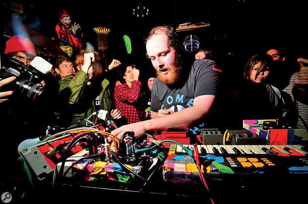 Dan Deacon performing Electronica live.