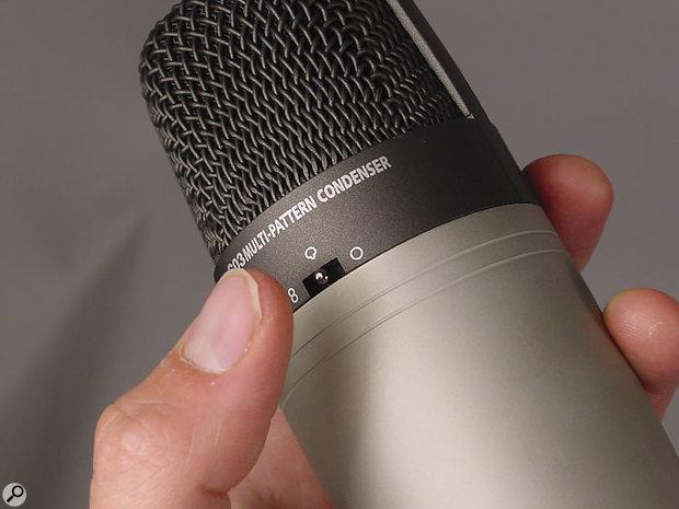 Un interruttore sul retro del microfono consente la selezione tra i modelli polari supercardioide, omni e figura-otto.