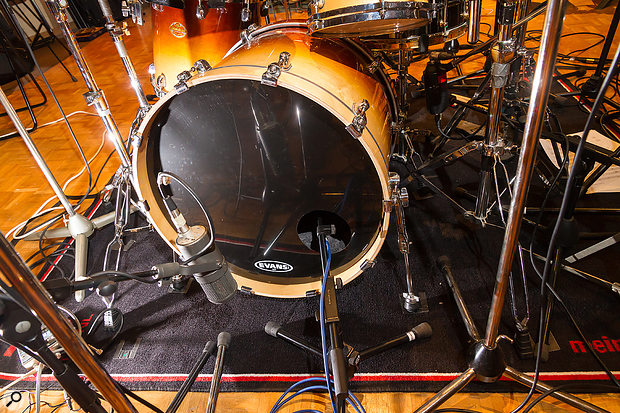 For the kick drum, Mike combined an Electro‑Voice RE20 dynamic mic inside the drum with a Neumann U47 FET condenser mic in front of the resonant head.