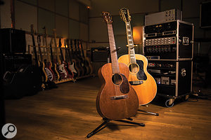 NI's Strummed Acoustic features samples of a Martin D35 dreadnought guitar from 1973, while two different guitar models were sampled for Strummed Acoustic 2: a Martin O-17 from 1930 and a Guild F412 12-string built in the 1960s.