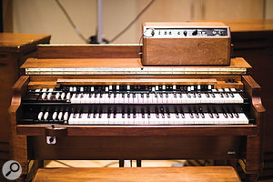 The Hammond B3 is accompanied by two 122 and 147 Leslies and acustom‑made reverb and distortion box.