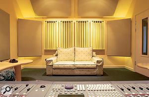 On the rear wall of this studio, you can see four wooden diffusors. Bass-trapping panels are hung in the corners, and absorbers have been placed on the walls' mirror points .